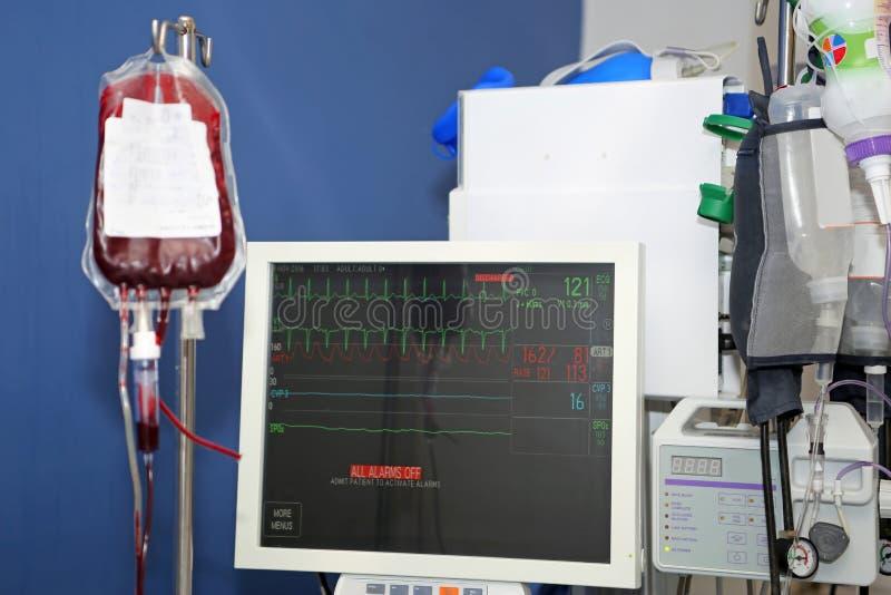 Transfusión de sangre, monitor de muestras vitales foto de archivo