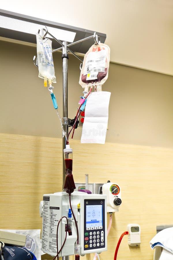 Transfusión de sangre y solución salina IV imágenes de archivo libres de regalías