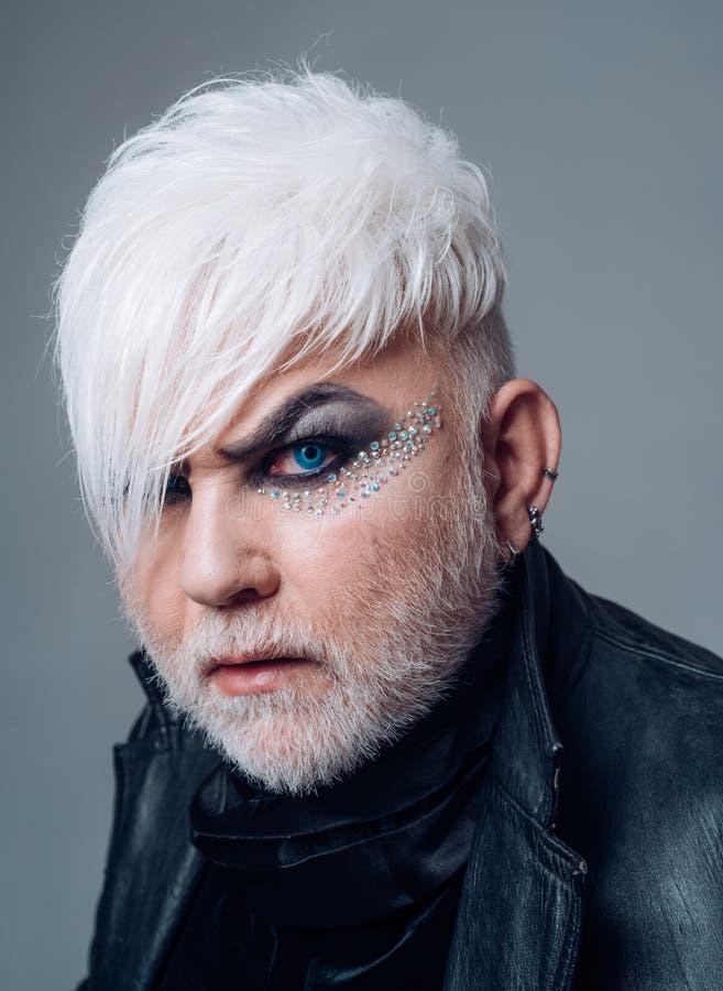 Transgender υποστήριξης δικαιώματα Το αρσενικό makeup κοιτάζει Γενειοφόρο άτομο με το αρσενικό makeup Transgender πρόσωπο Εξωτικό στοκ εικόνες με δικαίωμα ελεύθερης χρήσης