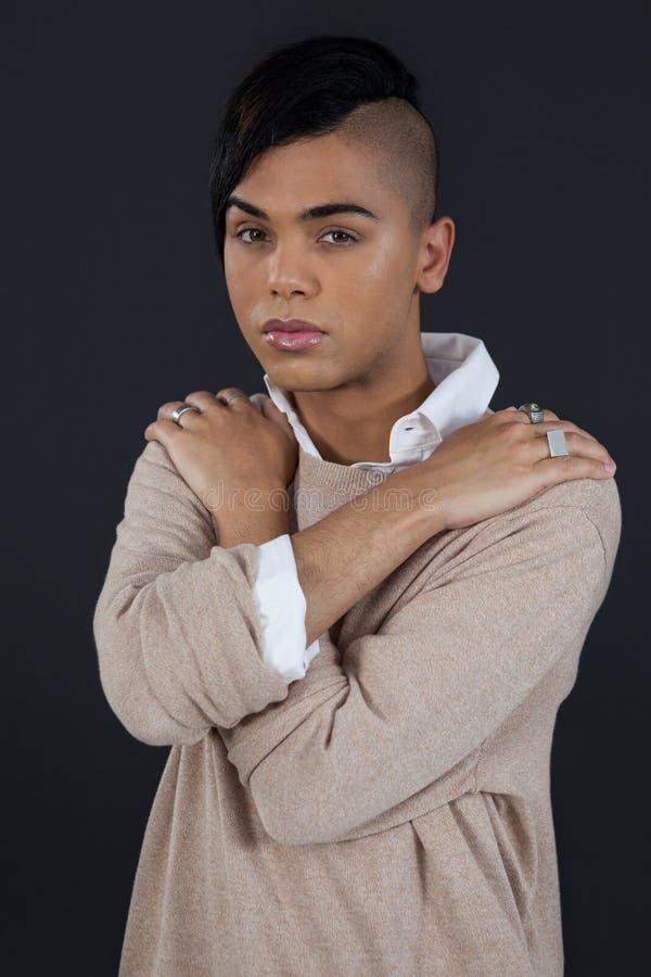 Transgenderkvinna över svart bakgrund royaltyfria bilder