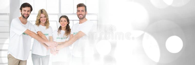 Transição dos trabalhos de equipa com os voluntários que juntam-se às mãos imagens de stock royalty free