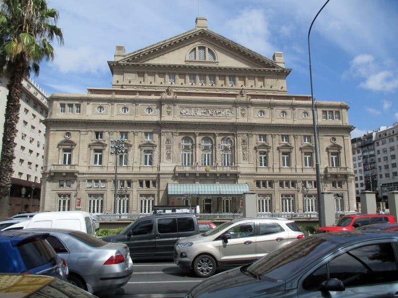 Transite delante del teatro de los dos puntos de Buenos Aires en una mañana la Argentina del verano imagenes de archivo