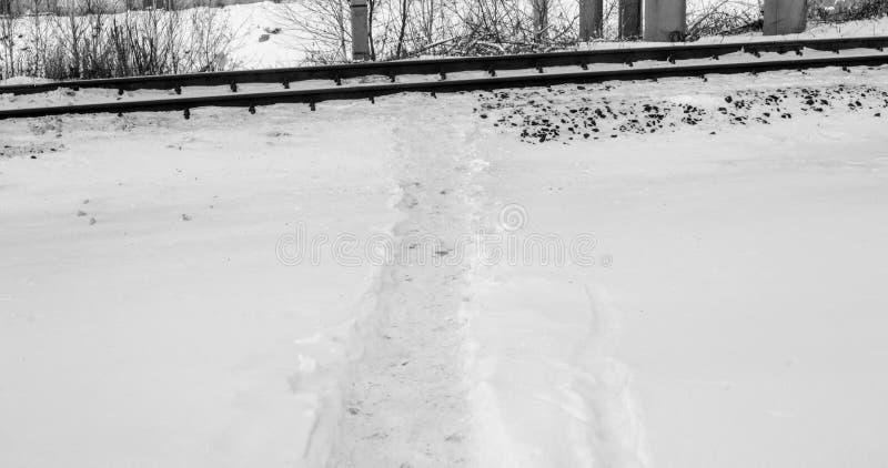 Transition pendant l'hiver par le chemin de fer photo stock