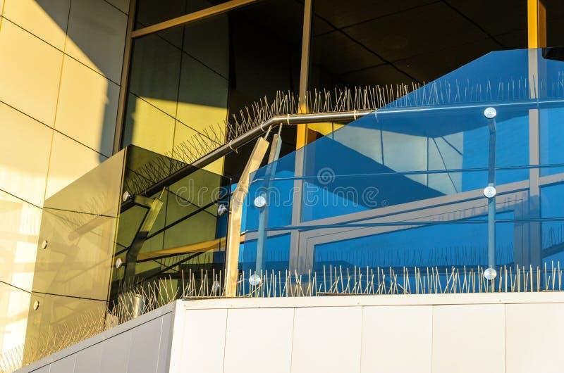 Transitoires d'Anti-oiseau sur des éléments de façade du bâtiment photographie stock