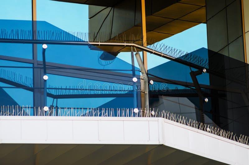 Transitoires d'Anti-oiseau sur des éléments de façade du bâtiment photo stock