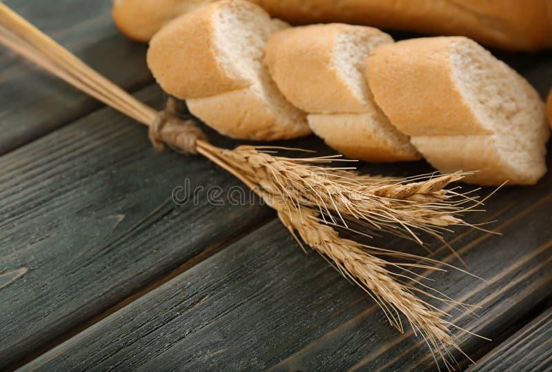 Transitoires de blé et pain coupé photo stock