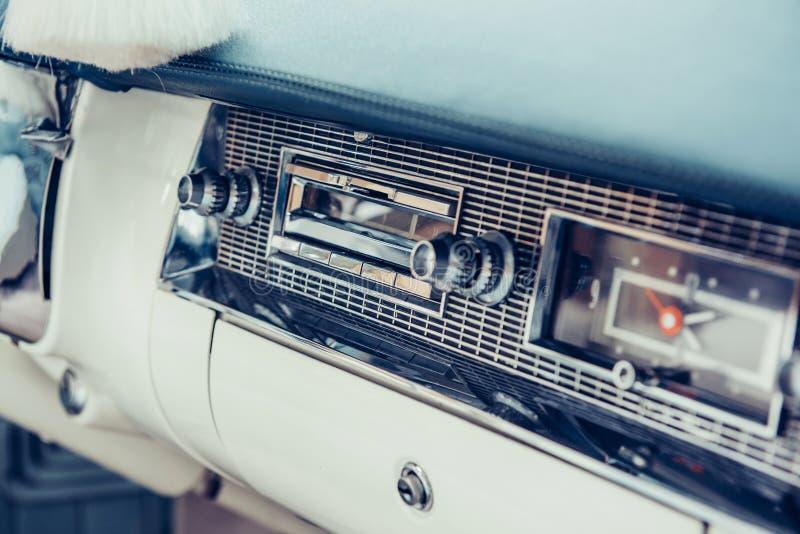 Transmettez par radio dans le tableau de bord dans l'intérieur de la vieille automobile de vintage photo libre de droits