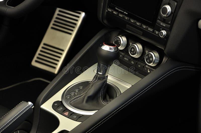 Transmisión manual, interior estupendo del coche deportivo foto de archivo libre de regalías