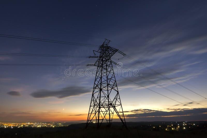 Transmisión y distribución de larga distancia del conce de la electricidad imágenes de archivo libres de regalías