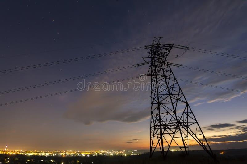 Transmisión y distribución de larga distancia del conce de la electricidad fotografía de archivo libre de regalías