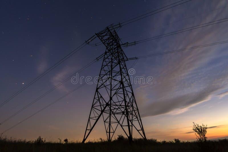 Transmisión y distribución de larga distancia del conce de la electricidad imagenes de archivo