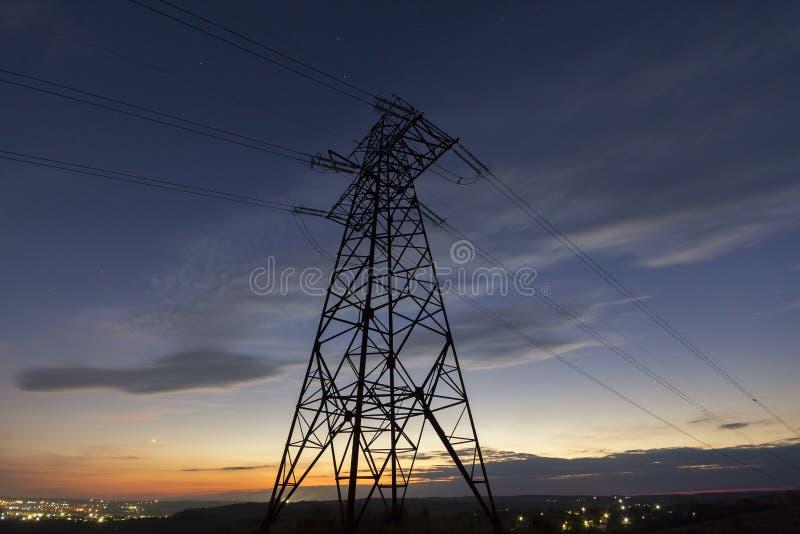 Transmisión y distribución de larga distancia del conce de la electricidad fotos de archivo