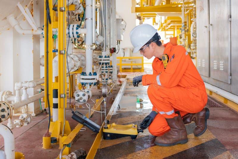 Transmisor de presión de calibración de instrumentos y aparatos eléctricos de la plataforma petrolífera marina utilizando un comu imagen de archivo libre de regalías