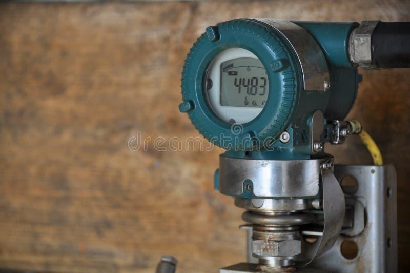 Transmisor de presión en la industria del petróleo y gas para el proceso supervisado, indicador digital del equipo electrónico, e fotos de archivo libres de regalías