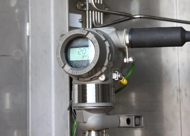 Transmisor de presión en proceso del petróleo y gas imagen de archivo