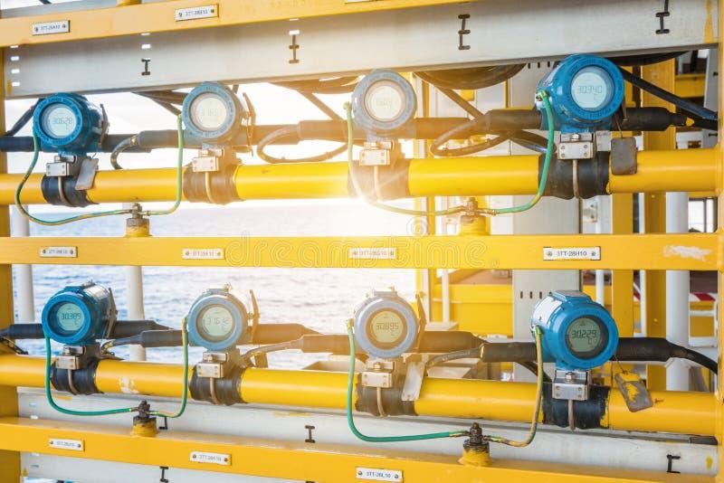 Transmisor de presión, y transmisor del diferencial de presión en la plataforma costera del telecontrol del manantial del petróle imagenes de archivo