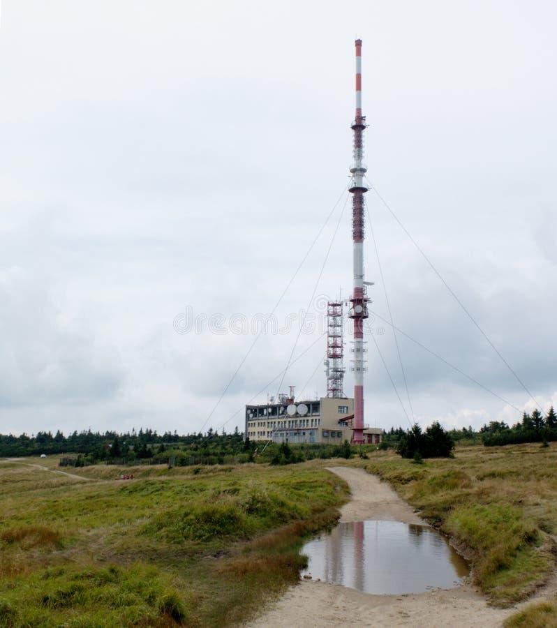 Transmisor en el top de la montaña de Krizava en Mala Fatra imagenes de archivo