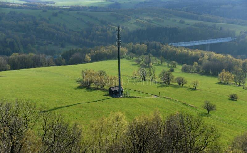 Transmisor en prado verde fotografía de archivo libre de regalías