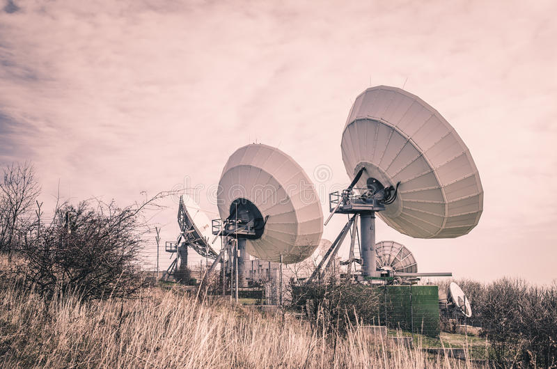 Transmisor por satélite enorme fotos de archivo