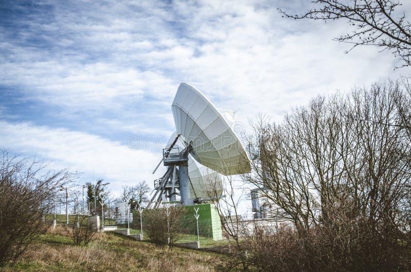 Transmisor por satélite enorme fotografía de archivo