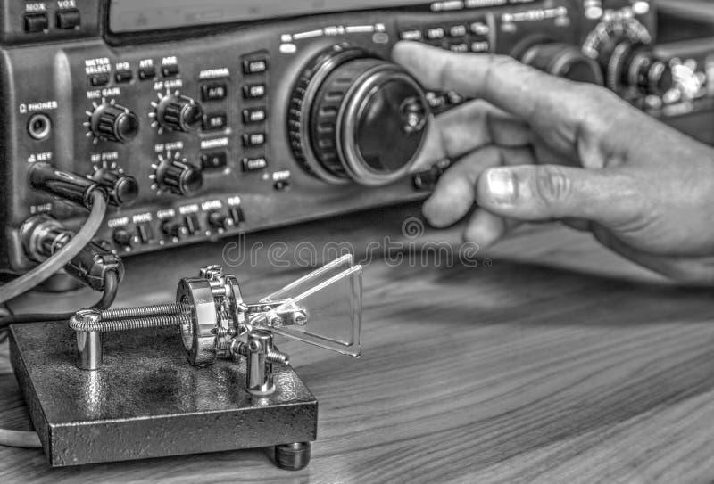 Transmisor-receptor aficionado de radio de alta frecuencia en blanco y negro fotografía de archivo