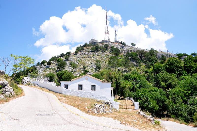 Transmisor-receptor y los monasterios del soporte Pantokrator, isla de Corfú, Grecia, Europa foto de archivo libre de regalías