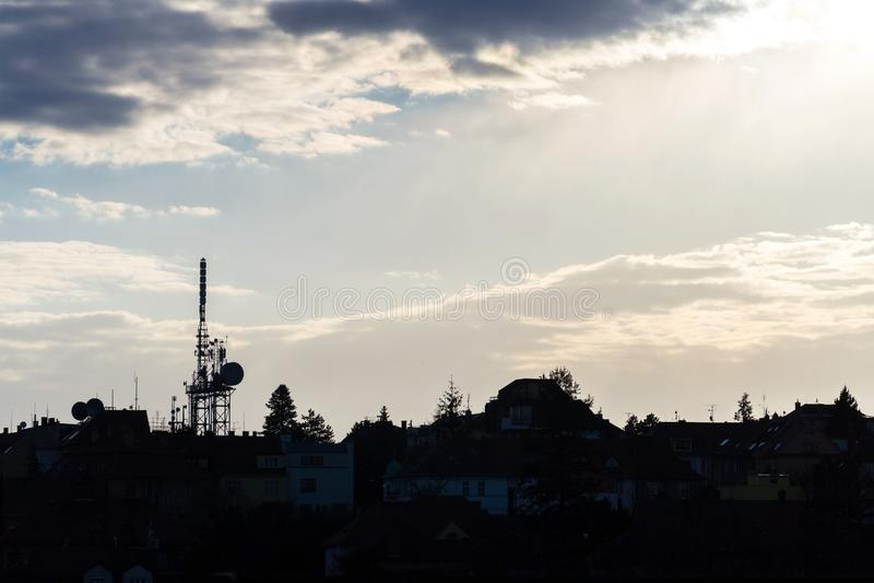 Transmisores y torre móvil durante puesta del sol hermosa, cielo nublado dramático de la telecomunicación de las antenas con el e fotos de archivo