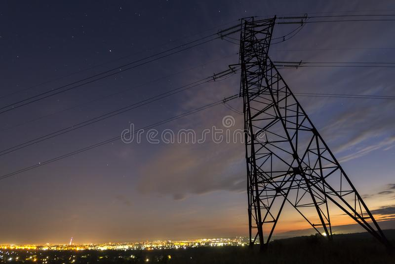 Transmissie en distributie over lange afstand van elektriciteitsconce royalty-vrije stock afbeeldingen