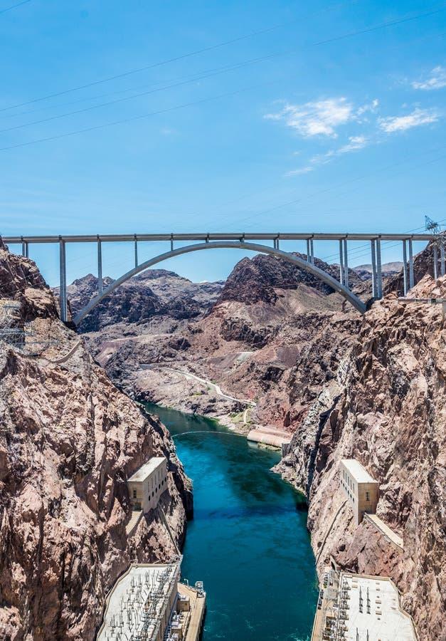 Transmissielijn en brug met hoog voltage over de Rivier van Colorado Keidam in de Rivier van Colorado, op de grens tussen de stat royalty-vrije stock afbeelding