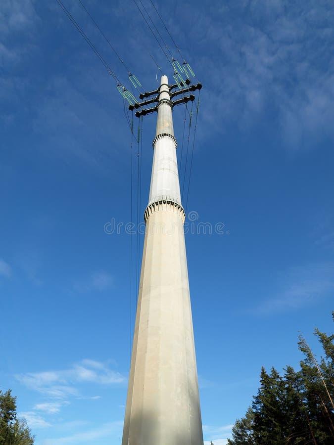 Transmissielijn met hoog voltage stock foto's
