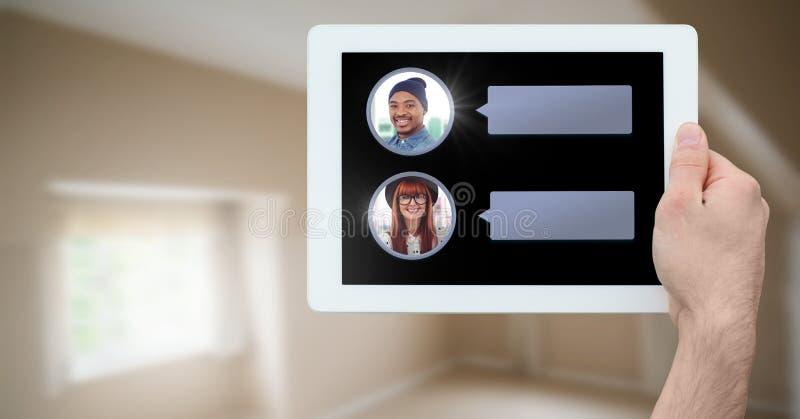 Transmission de messages APP sur le comprimé à disposition avec des profils de causerie images stock