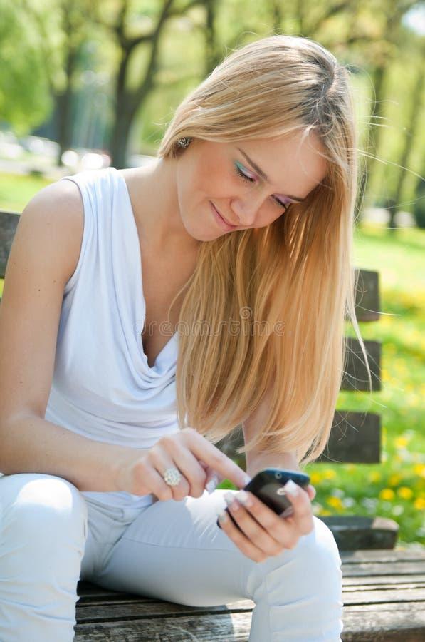 Transmission mobile - adolescent de sourire image stock