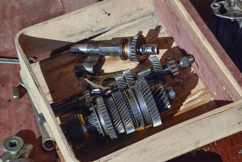 Transmissions démantelées de wagon couvert Les vitesses sur l'axe d'une transmission mécanique photos stock