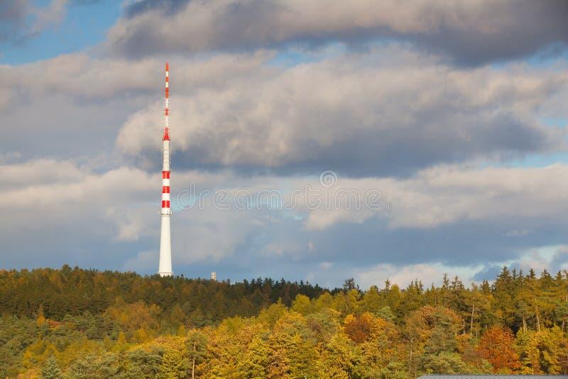 Transmissor da tevê na floresta do outono fotografia de stock