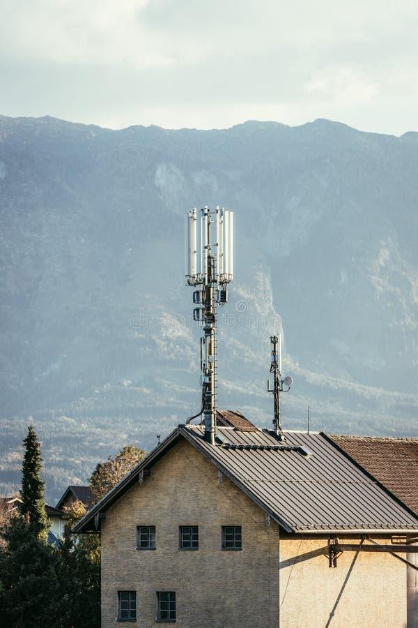 Transmissor no telhado de uma casa fotos de stock
