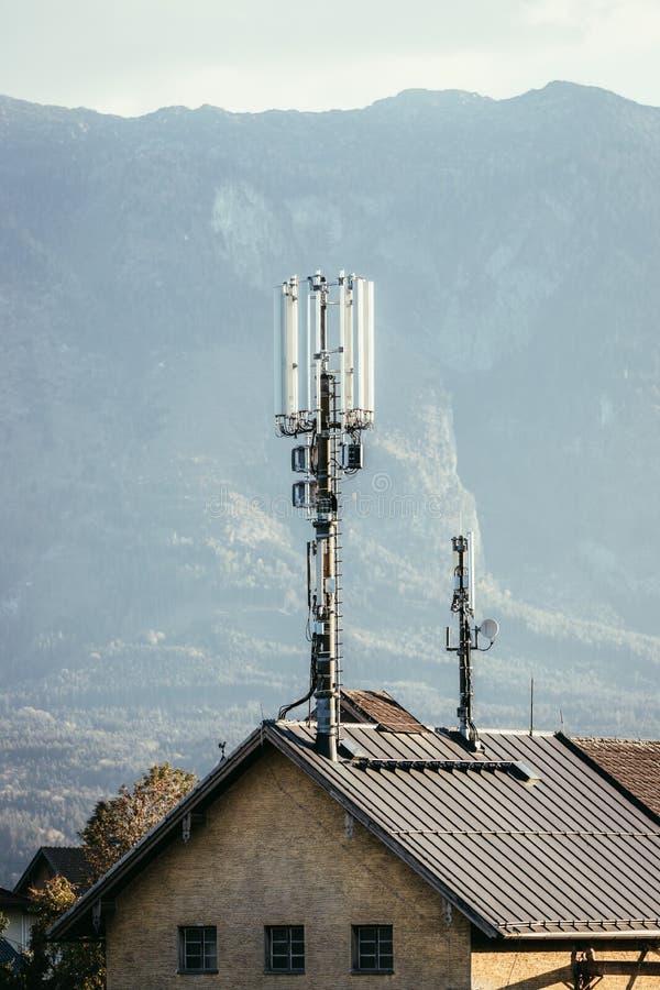 Transmissor no telhado de uma casa fotografia de stock royalty free