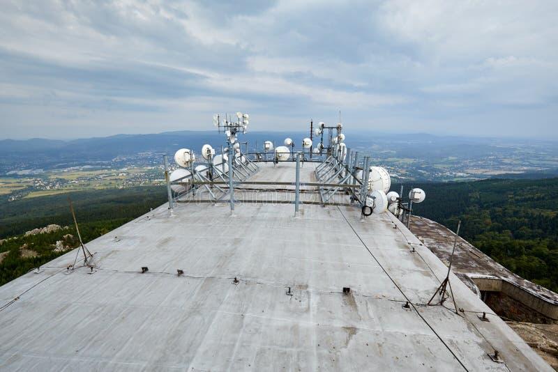 Transmissores e antenas da telecomunicação foto de stock