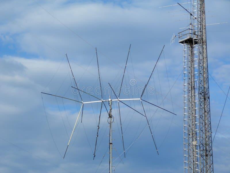 Transmitować i komórki nadajnik i paserski wierza anteny i komunikacyjnego fotografia stock