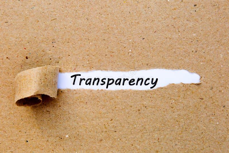 Transparência - texto impresso debaixo do papel marrom rasgado fotografia de stock