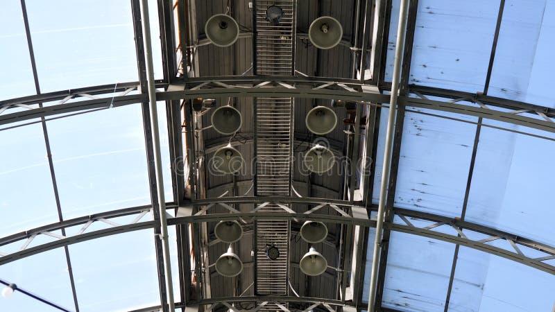 Transparant dak van een eigentijds serre of een paviljoen onder heldere blauwe hemel Voorraadlengte De structuur van het glasdak stock foto's