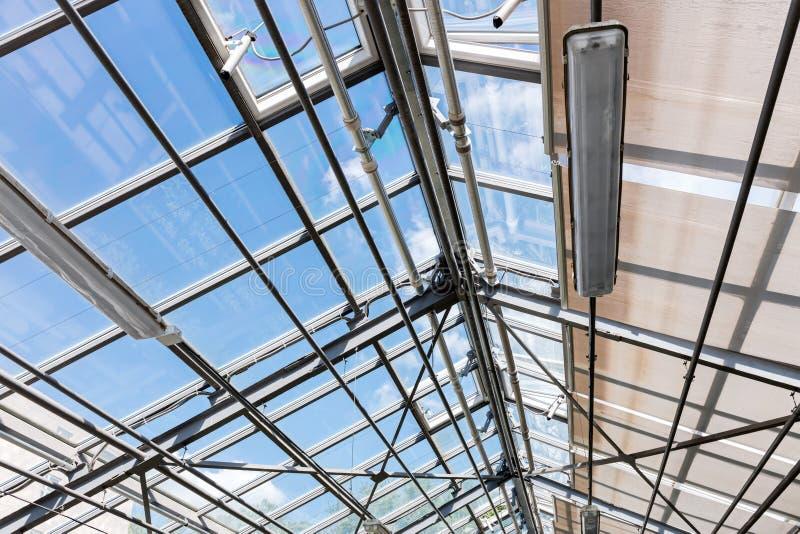 Transparant dak van eigentijdse serre onder heldere hemel royalty-vrije stock foto's