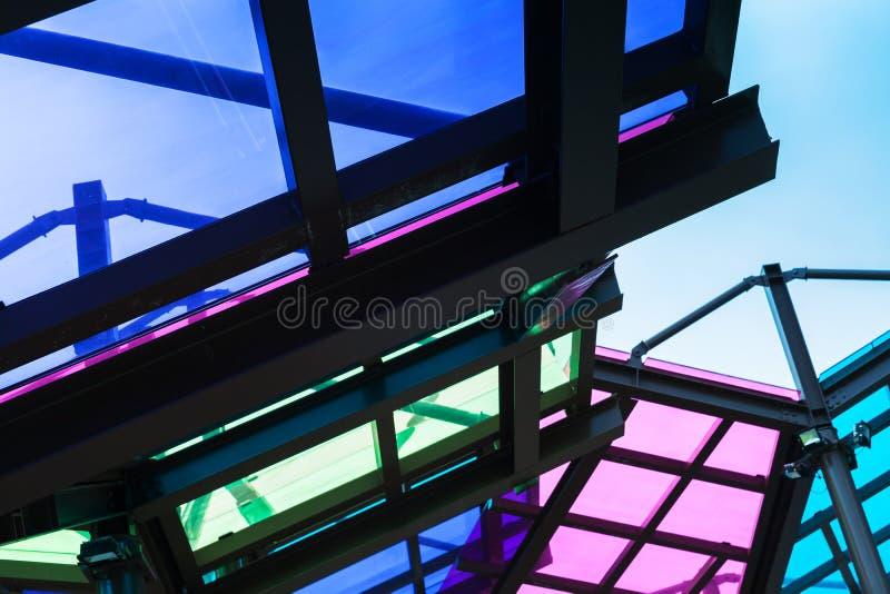 Transparant die dak van kleurrijk glas wordt gemaakt royalty-vrije stock foto's