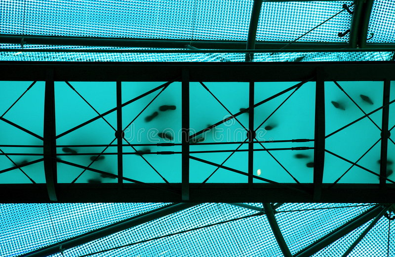 Transparante blauwe brug stock foto's