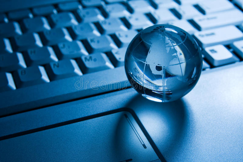 Transparante bol op een laptop toetsenbord stock foto's