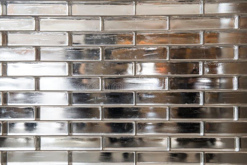 Transparante de muurachtergrond van het baksteenglas met lopende erachter mensen stock fotografie
