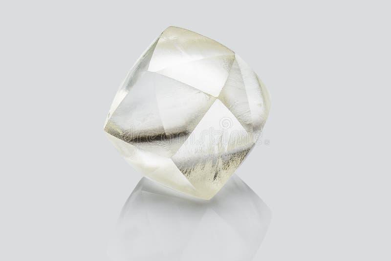 Transparante die ruwe diamant op witte achtergrond wordt geïsoleerd royalty-vrije stock foto's