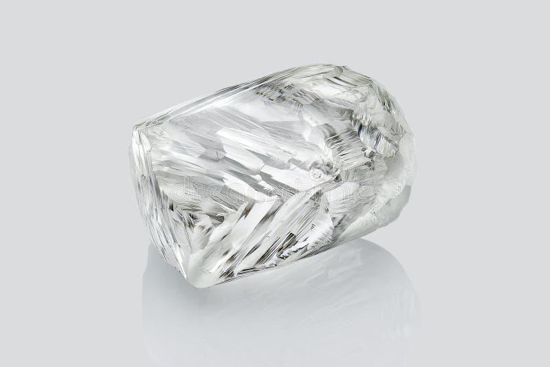 Transparante die ruwe diamant op witte achtergrond wordt geïsoleerd stock afbeelding