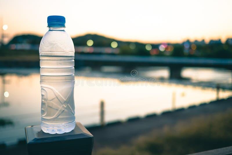 Transparante fles met blauw buiten GLB in de avond stock afbeeldingen