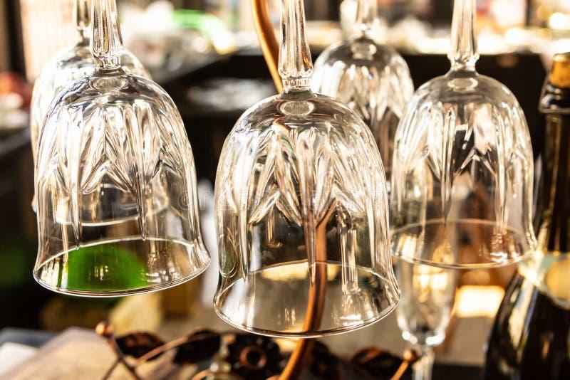 Transparante glazen wijnset dinnerware BH ontwerp basisstaaf achtergrond stock fotografie