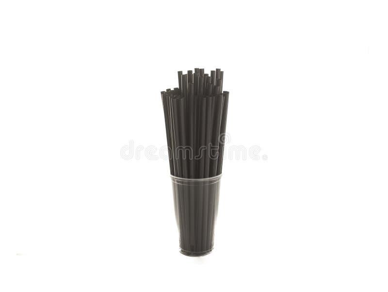 Transparante kop met zwart plastic die stro op de witte achtergrond wordt geïsoleerd royalty-vrije stock afbeelding